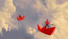 Des bateaux en papier qui naviguent dans les nuages