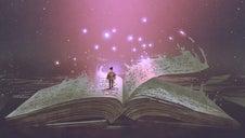 Un homme debout sur les pages d'un livre ouvert