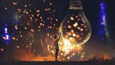 Un jeune homme touche une ampoule pleine de papillions